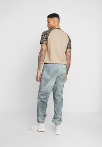 Wood Wood - HAMPUS TROUSERS - Tracksuit bottoms - army - 2