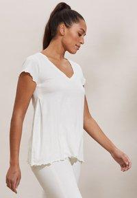 Odd Molly - CAROLE - Print T-shirt - light chalk - 2