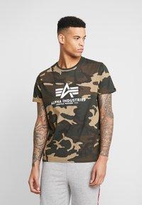 Alpha Industries - T-shirt z nadrukiem - woodland camo - 0
