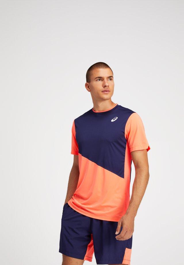 CLUB M SS TEE - T-shirt z nadrukiem - peacoat/flash coral