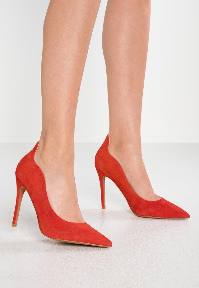 WIDE FIT SAMMY COURT SHOE - High Heel Pumps - red
