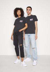 Tommy Jeans - ABO TJU X MTV TEE UNISEX - T-Shirt print - blackout - 3