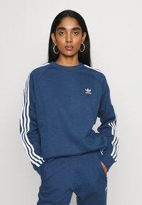 adidas Originals - 3 STRIPES CREW UNISEX - Sweatshirt - nmarin - 4