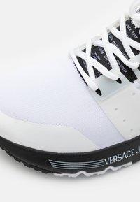 Versace Jeans Couture - LINEA FONDO SUPER - Joggesko - white - 5