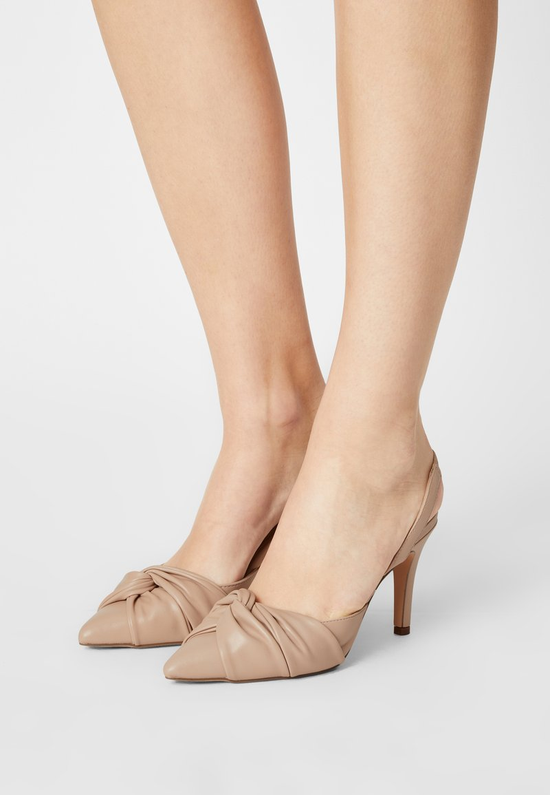 Dorothy Perkins - DELIGHT BOW FRONT COURT - Classic heels - camel