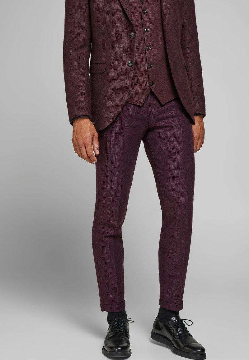 Jack & Jones PREMIUM - Suit trousers - vineyard wine