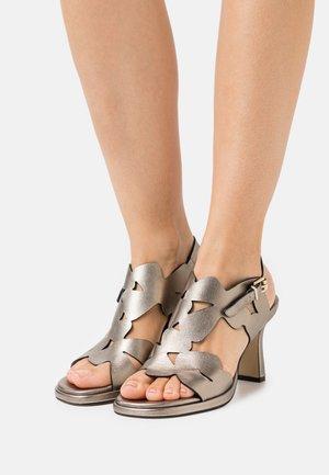 Sandaalit nilkkaremmillä - lame alba