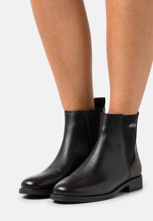 ESSENTIALS FLAT BOOT - Kotníkové boty - black