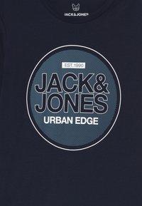 Jack & Jones Junior - JCOBOOSTER CREW NECK - Triko spotiskem - navy blazer - 2