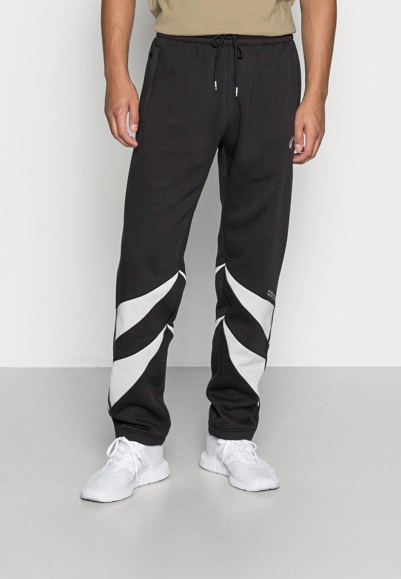 adidas Originals - SHARK PANTS - Pantaloni sportivi - black/grey one