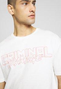 Criminal Damage - VOLATILE - Print T-shirt - offwhite/red - 3