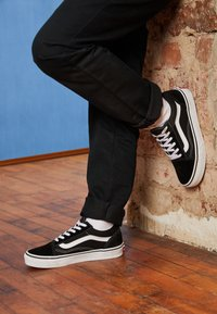 Vans - OLD SKOOL - Sneakersy niskie - black/true white - 3