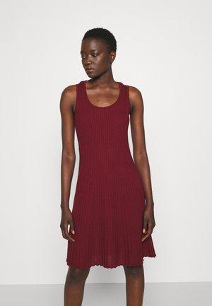 SLEEVELESS DRESS - Pletené šaty - cabernet