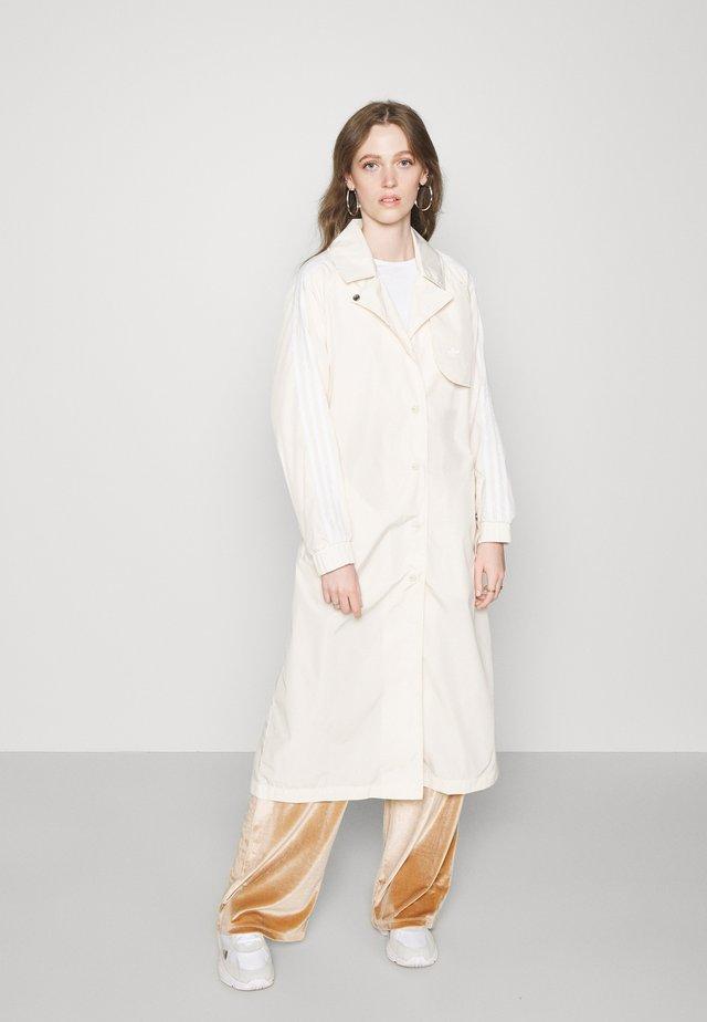 TRENCH ORIGINALS ADICOLOR PRIMEGREEN COAT - Trenchcoat - white