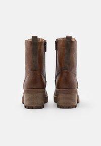 Mustang - Kotníkové boty na platformě - cognac - 2