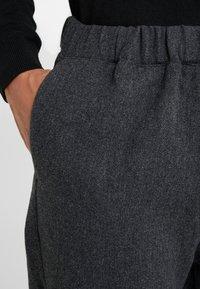 Bruuns Bazaar - CLEMENT CLARK PANT - Trousers - antracite - 5