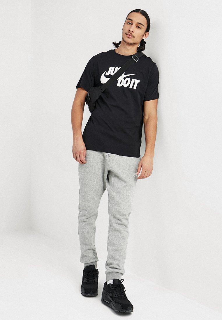 Nike Sportswear TEE JUST DO IT - T-shirts med print - black/white