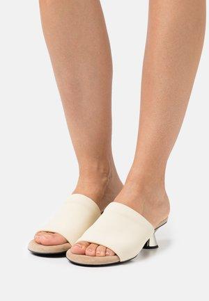 VASE - Pantofle na podpatku - cream