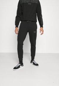 Calvin Klein - REFLECTIVE PRINT - Pantaloni sportivi - black - 0