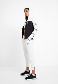 adidas Originals - HOODED - veste en sweat zippée - white/black - 1