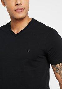 Calvin Klein - V-NECK CHEST LOGO - T-shirt - bas - black - 4