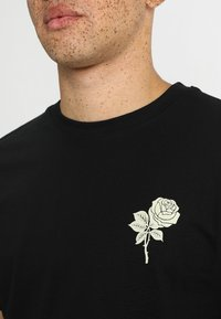 Mister Tee - WASTED YOUTH TEE - Print T-shirt - black - 4