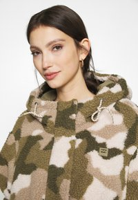 Billabong - HIKING LOVER - Winter jacket - army - 3