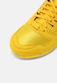 adidas Originals - ZX 8000 LEGO UNISEX - Tenisky - yellow/white - 4