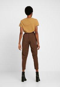 Missguided - TIE WAIST SLIM LEG TROUSERS - Kalhoty - brown - 3