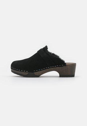 TAIRA - Zuecos - black