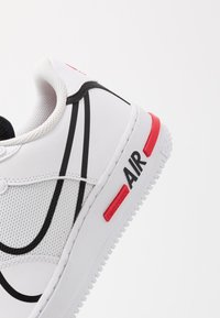 Nike Sportswear - AIR FORCE 1 REACT - Zapatillas - white/black/university red - 5