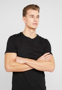 Pier One - 5 PACK - T-shirts basic - black - 4