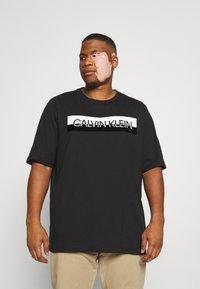 Calvin Klein - SPLIT LOGO - Print T-shirt - black - 0