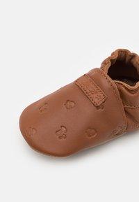 Robeez - MYWOOD UNISEX - First shoes - marron moka - 2