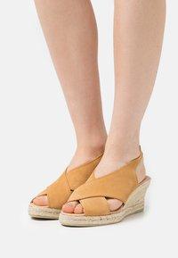 JUTELAUNE - CROSSED PLATFORM  - Sandály na klínu - brown - 0