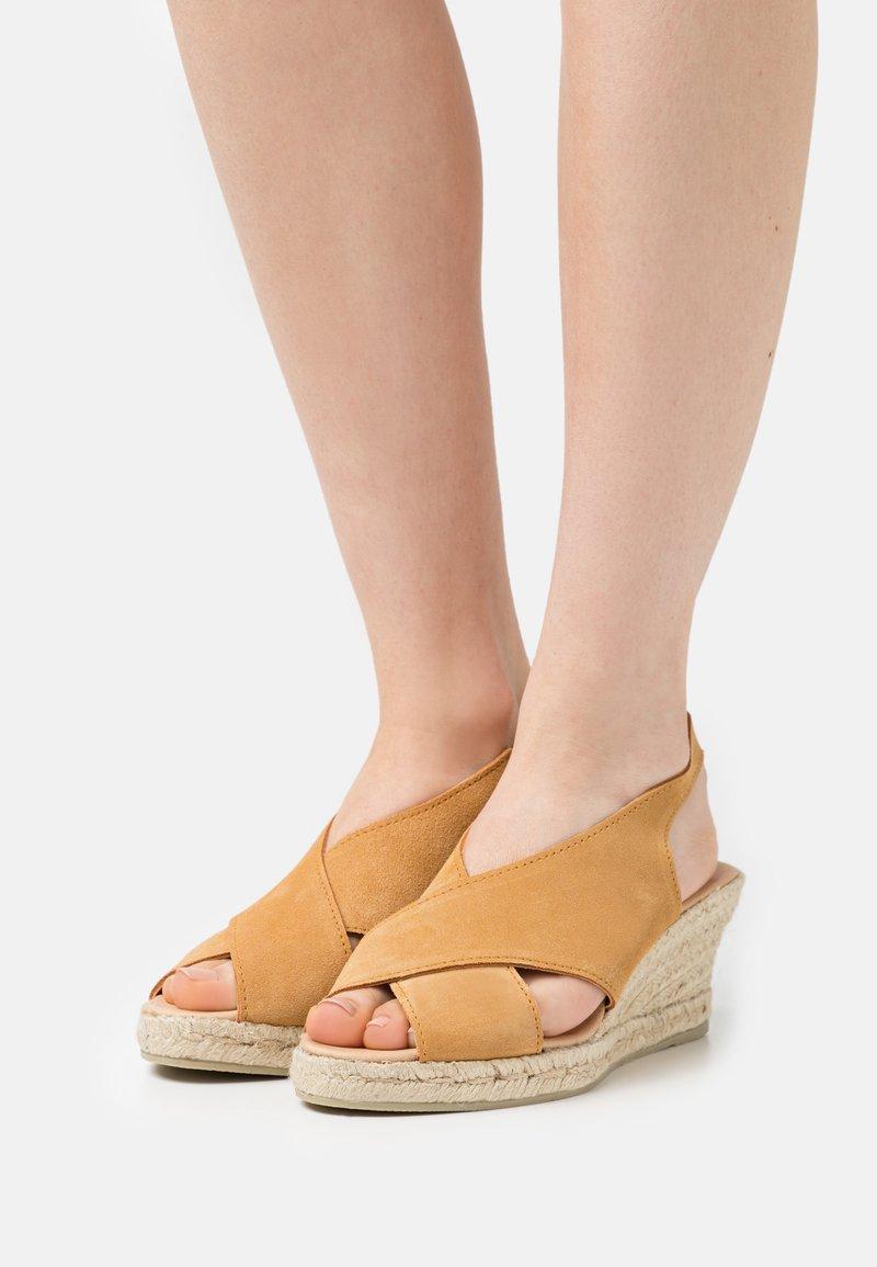 JUTELAUNE - CROSSED PLATFORM  - Sandály na klínu - brown