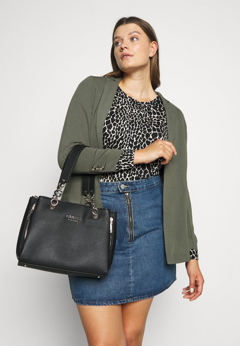 Guess - CHAIN GIRLFRIEND SATCHEL - Handtasche - black