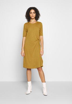 NUAUDRINA DRESS - Žerzejové šaty - yellow