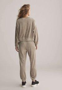 OYSHO - Teplákové kalhoty - beige - 2