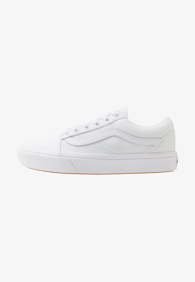 UA COMFYCUSH OLD SKOOL - Sneakers laag - true white
