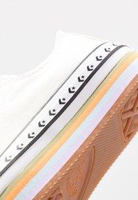 Converse - CHUCK TAYLOR ALL STAR PLATFORM LAYER - Sneakers basse - egret/total orange - 2