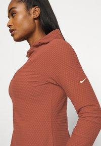 Nike Performance - Fleece jumper - claystone red/metallic gold - 5