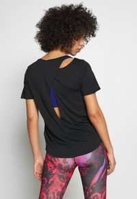 Nike Performance - W NK TOP SS RUNWAY - Print T-shirt - black/reflective silver - 2