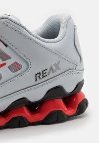 Nike Performance - REAX 8  - Gym- & träningskor - pure platinum/metallic silver/black/chile red - 5