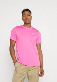 Nike Sportswear - CLUB TEE - T-shirt - bas - pinksicle/white - 0