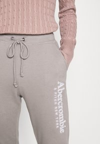 Abercrombie & Fitch - FALL TREND LOGO JOGGER - Tracksuit bottoms - grey - 5