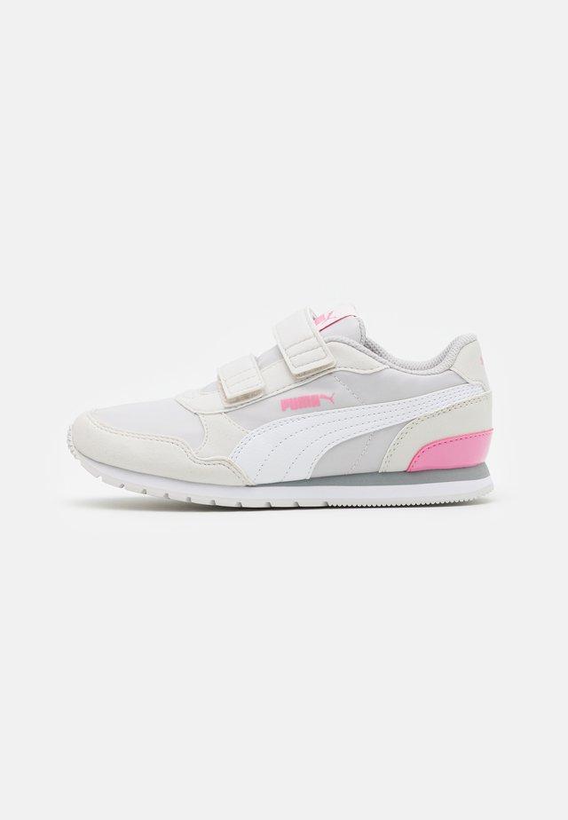 ST RUNNER V2 - Trainers - nimbus cloud/white/sachet pink
