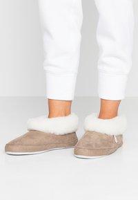 Shepherd - EMMY - Slippers - stone/white - 0