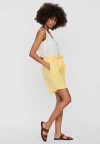 Vero Moda - Denim shorts - banana cream - 3