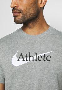 Nike Performance - TEE ATHLETE - Print T-shirt - dark grey heather - 5